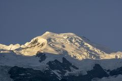 Macizo de Mont Blanc en la salida del sol montan@as foto de archivo libre de regalías