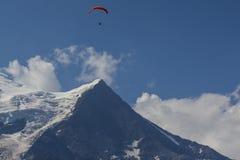 Macizo de MONT BLANC de la alta gama de montañas alpina en el paisaje francés de las MONTAÑAS visto de la ciudad de CHAMONIX en F imagen de archivo