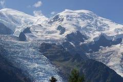 Macizo de MONT BLANC de la alta gama de montañas alpina en el paisaje francés de las MONTAÑAS visto de la ciudad de CHAMONIX en F foto de archivo