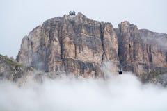 Macizo de Pordoi del Sass ocultado en nubes con el teleférico que lleva encendido a imagen de archivo