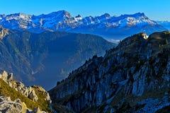 Macizo magnífico de Muveran y los picos del DES Morcles de las abolladuras fotografía de archivo