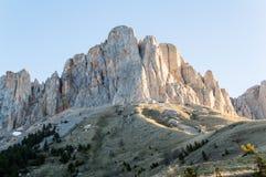 Macizo rocoso de la montaña en los rayos del sol imagenes de archivo