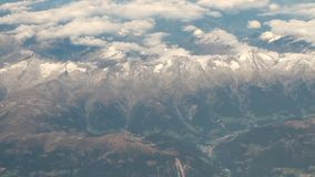 Macizo y nubes, visión desde el avión austria metrajes
