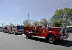 1950年Mack从亨廷顿庄园消防队主导的救火车的消防车在亨廷顿,纽约游行 免版税库存照片