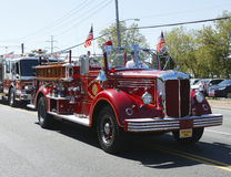 1950年Mack从亨廷顿庄园消防队主导的救火车的消防车在亨廷顿,纽约游行 免版税库存图片