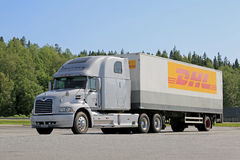 停放的灰色半Mack视觉卡车 库存图片