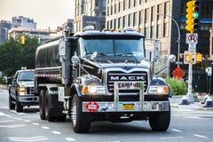 Mack przewozi samochodem napędzanego kierowcą ciężarówkim na NYC ulicach zdjęcie royalty free