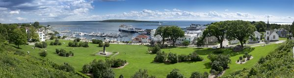 Mackinac海岛密执安和状态港口小游艇船坞美好的全景场面  库存图片