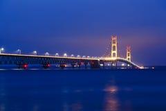 Mackinac bro i aftonen Arkivbilder