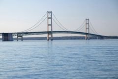 Mackinac bro mellan Greaten Lakes av Huron och Michigan royaltyfria foton