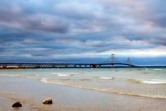 Mackinacbrug door een stormachtige hemel wordt overzien die stock afbeelding