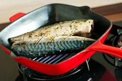 Mackrel op grillpan die wordt gekookt Stock Afbeelding