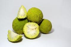 Maclura апельсинов Osage изолированный на белизне Ut ¡ Ð в половине стоковые фото