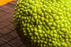 maclura pomifera,哇洒琪橘,马苹果,喉绿色果子在竹席子增长 库存图片