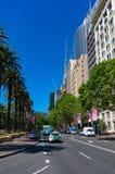 Macquarie街道在有汽车的悉尼商业中心区 免版税库存照片