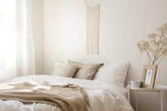 Macramé boven het comfortabele bed van de koningsgrootte stock fotografie