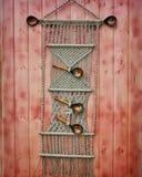 macrame Arte casero, costura Fondo de madera rojo foto de archivo libre de regalías