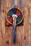 Macrame en la decoración del aro en la madera Foto de archivo libre de regalías