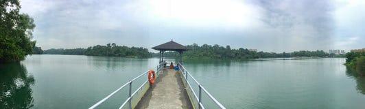 Macritchie behållarGazebo på sjön fotografering för bildbyråer
