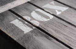 Macro à angles des panneaux en bois avec un logo de BOÎTE Photos libres de droits
