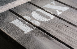 Macro ad angolo dei pannelli di legno con un logo della SCATOLA Fotografie Stock Libere da Diritti