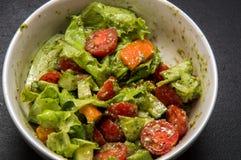 Macro Alimento italiano Insalata di verdure appetitosa condita con il pesto Priorità bassa nera immagine stock