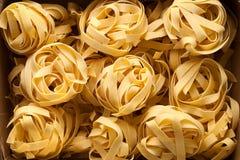 Macro alta vicina di natura morta italiana dell'alimento della pasta del Fettuccine Immagine Stock
