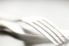 Macro artistica della forcella e del coltello della coltelleria sul piatto Fotografia Stock Libera da Diritti