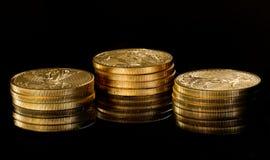 Macro beeld van gouden adelaarsmuntstuk op stapel Stock Afbeelding
