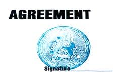 Macro Blauwe bitcoinzegel, overeenkomst en handtekening op een wit blad van document Het concept een virtueel financieel document royalty-vrije stock afbeelding