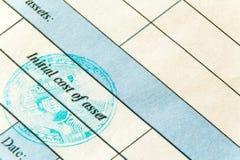 Macro Blauwe zegel van virtuele munt bitcoin Een deel van het financiële document met de inschrijving: Aanvankelijke kosten van a stock afbeelding