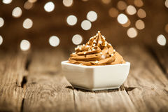 Macro Bruine Bevroren Yoghurt op Kom op Houten Lijst Stock Afbeeldingen