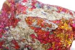 Macro calcopirite di pietra minerale nella roccia su un backgrou bianco Fotografia Stock
