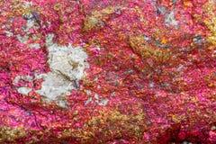 Macro calcopirite di pietra minerale nella roccia su un backgrou bianco Immagine Stock