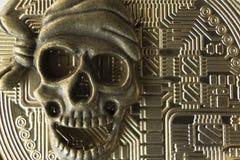 Macro Cara metálica del esqueleto del pirata en el fondo del dorso del bitcoin El concepto de piratería con fotografía de archivo libre de regalías