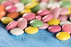 Macro caramelle rotonde variopinte del primo piano con fondo vago Fotografia Stock Libera da Diritti