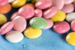 Macro caramelle rotonde variopinte del primo piano con fondo vago Fotografia Stock