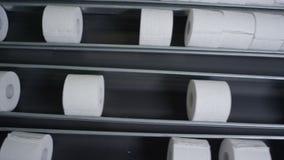 Macro carta igienica standard Rolls sul trasportatore stock footage