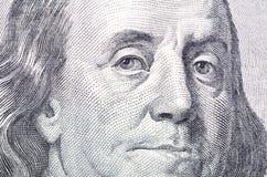 Macro cercana para arriba de la cara de Ben Franklin en la cuenta de dólar de los E Imágenes de archivo libres de regalías