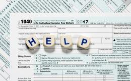 Macro cercana para arriba de la forma 2017 del IRS 1040 con las letras de la AYUDA Foto de archivo
