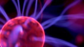 Macro cercana para arriba de la lámpara de la bola del plasma o de la esfera de Tesla almacen de video