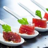 Macro cercana para arriba de los aperitivos del atún Foto de archivo