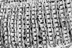 Macro chaîne et vitesse rouillées, texture à chaînes de rouleau avec la peinture dans la couleur blanche du vieux matériel Images libres de droits