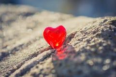 Macro coeur rouge sur un mur de crème de vintage Images stock