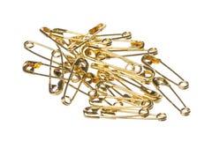 Macro colorata oro delle spille di sicurezza isolata fotografia stock
