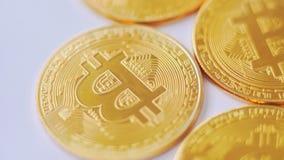 Macro colpo dei bitcoins dorati che girano sul fondo video d archivio