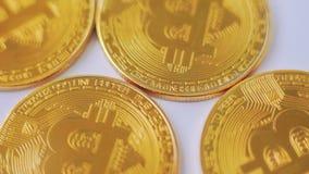 Macro colpo dei bitcoins dorati che girano sul fondo archivi video