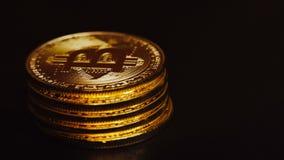 Macro colpo dei bitcoins dorati luminosi che si trovano nella colonna e nella rotazione stock footage