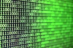 Macro colpo del codice binario sul monitor di un computer di ufficio Il concetto del lavoro del ` s del programmatore Il flusso d Immagine Stock