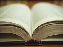 Macro colpo del libro aperto sulla tavola fotografie stock libere da diritti